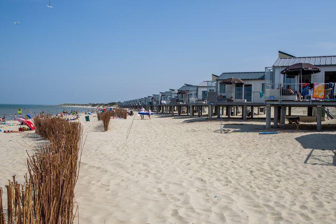 Per direct is er een verbod op het opbouwen van slaap- en strandhuisjes.