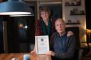 Jacob Dijkstra (60) kreeg voor zijn doortastende optreden een oorkonde van de Duitse politie. De reddingspoging zal hem en zijn vrouw Geke Lassche nog wel even bijblijven.