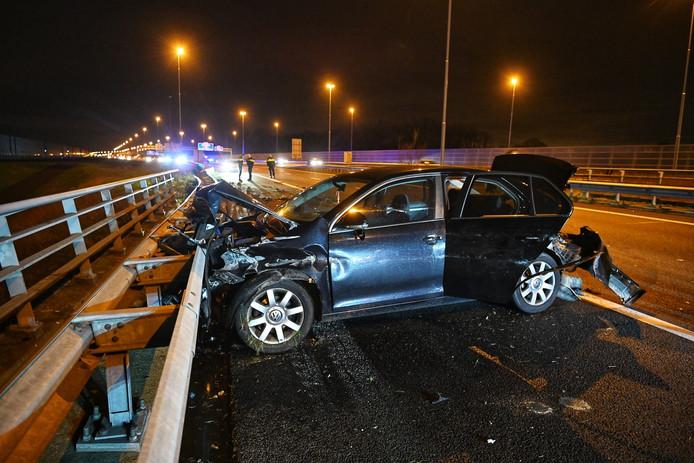 De auto kwam tegen de vangrail tot stilstand op de A16 bij knooppunt princeville.