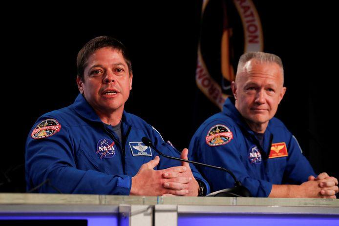 Astronauten Bob Behnken (links) en Doug Hurley gaan eind mei met een raket van SpaceX naar het ISS.