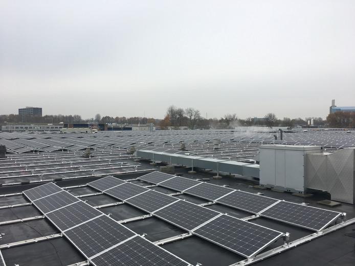 Zonnepanelen op het dak van Plaza Foods in Nijmegen.