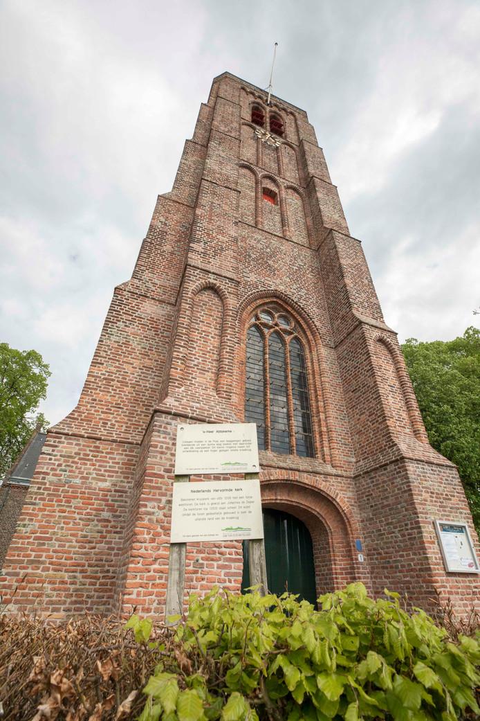 De kerktoren van 's Heer-Abtskerke vlagde niet op Koningsdag.