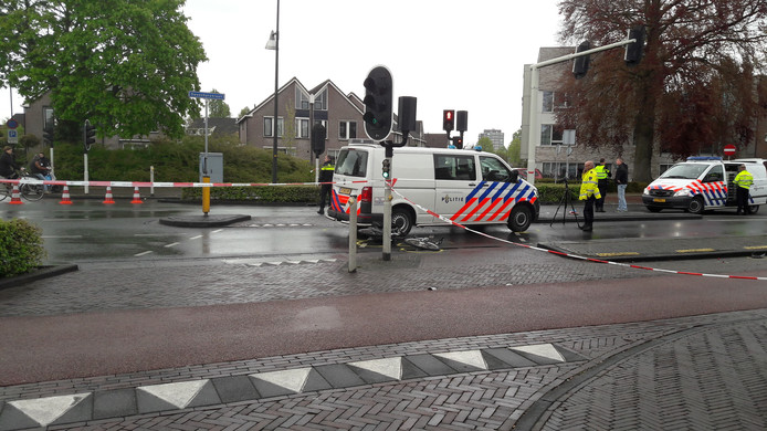 Politiewagen met sirene aan rijdt onderweg naar een spoedmelding twee fietsers aan in Apeldoorn.