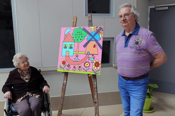 Paula Helsen bij haar werk, samen met kunstenaar Swa van Dael.