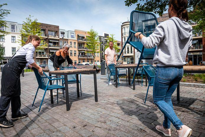 Het team van Maggie Blue richt het terras bij het Nutsgebouw aan het Thorbeckeplein in, toen de zaak na de coronacrisis weer open mocht.