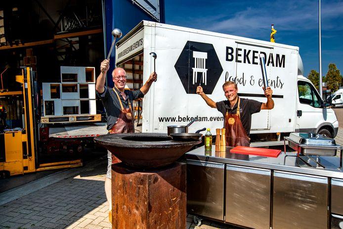 Arjan Bekedam (bril) biedt pop-uprestaurants aan bij campings en andere gelegenheden. In Luttenberg en Heerde boekt hij wekelijks succes met zijn concept.