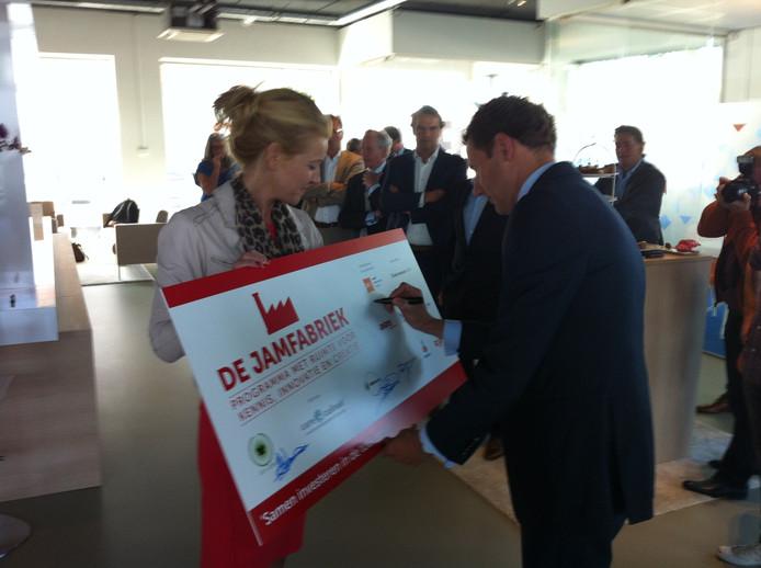 Maurice Horsten tekent namens de Bossche Investerings Maatschappij (BIM) de overeenkomst over de samenwerking in de Jamfabriek.