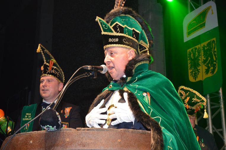 Dario Pieters, de nieuwe prins carnaval Ninove, brengt zijn liedje tijdens de prinsaanstelling.
