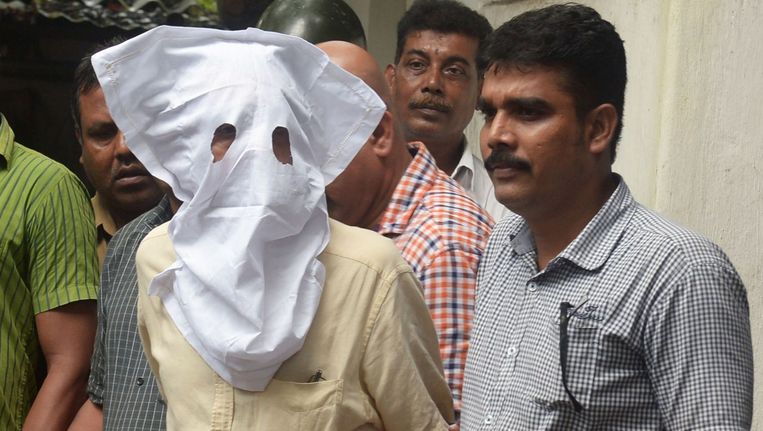 De politie escorteert Sanjeev Khanna,de ex-man van Indrani, naar de rechtbank. Beeld afp