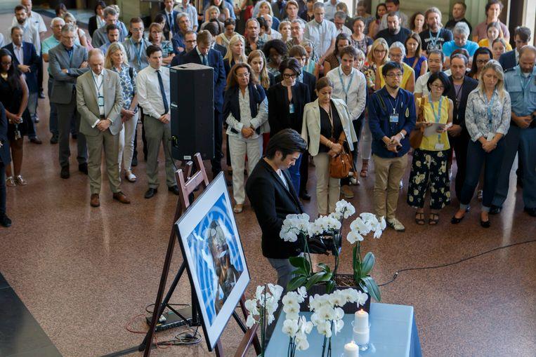 Medewerkers van de VN in het Europese hoofdkantoor in Genève herdenken Kofi Annan met een minuut stilte.  Beeld EPA
