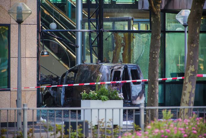 Op 26 juni vorig jaar reed een man met een Volkswagen Caddy door de glazen gevel van het Telegraaf-gebouw.