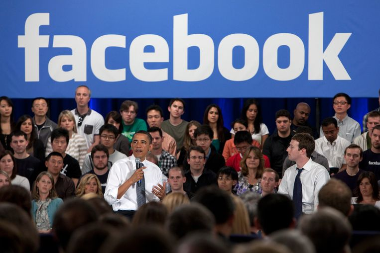 Ex-president Barack Obama tijdens een bezoek in 2011 aan het hoofdkantoor van Facebook. Naast hem Facebook-baas Mark Zuckerberg. Beeld Bloomberg via Getty Images