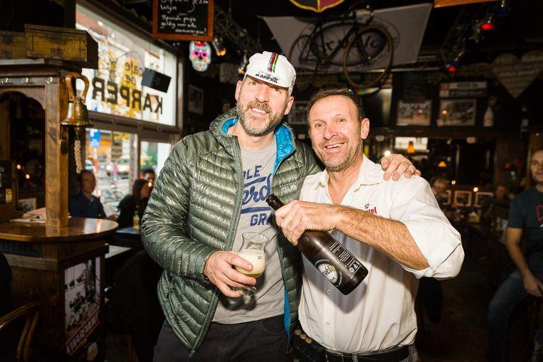 Vader Ronie Keisse met een klant die geniet van het biertje van de maand 'Corvélo'.