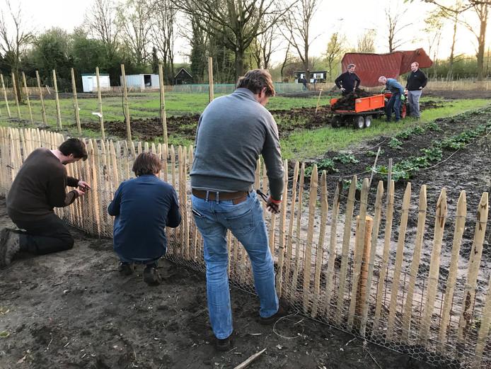 Leden van Lionsclub Dommel & Aa staken in april nog de handen uit de mouwen in de Boxtelse voedseltuin.  Meer vrijwilligers zijn welkom.