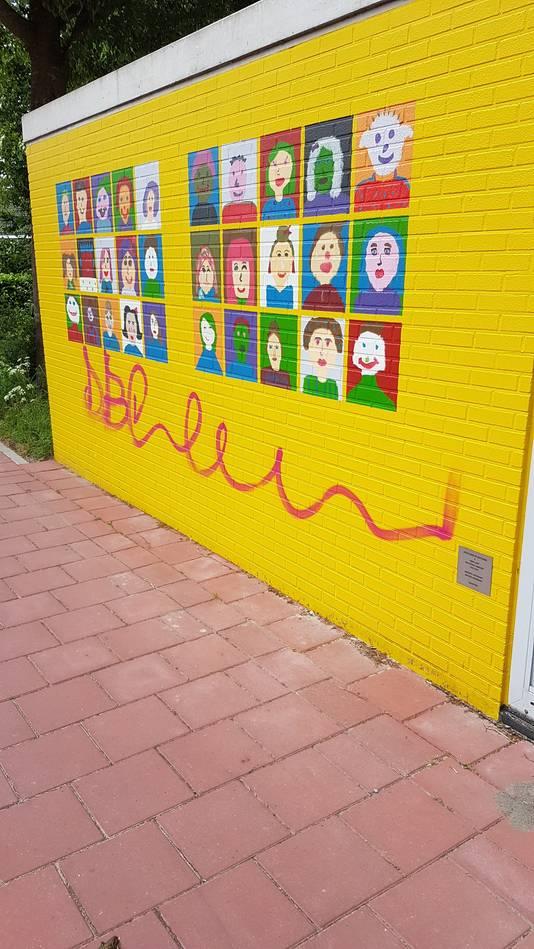 Het glasvezelhuisje van Reggefiber in Dorst is afgelopen mei besmeurd met graffiti. Leerlingen van  basisschool Marcoen hadden het grijze gebouwtje mooi beschilderd.