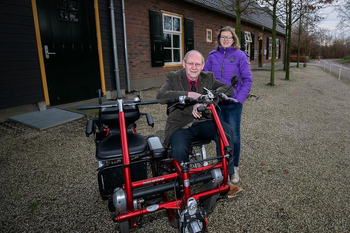 Annemiek van Hersel en Jan Henst met een van de duofietsen.