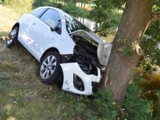 Auto rijdt tegen boom in Westerhaar, bestuurster gewond naar ziekenhuis