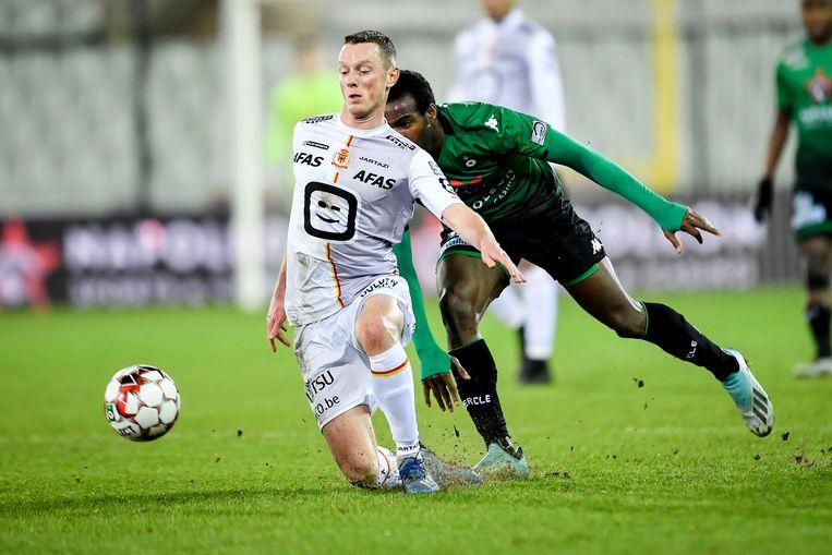Rob Schoofs tracht overeind te blijven, Alimami Gory (Cercle Brugge) kijkt toe.