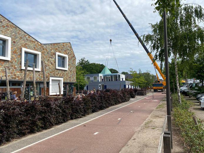 De openbare basisschool De Koningslinde in Vught beschikt sinds maandag over zes noodlokalen, twee verdiepingen.