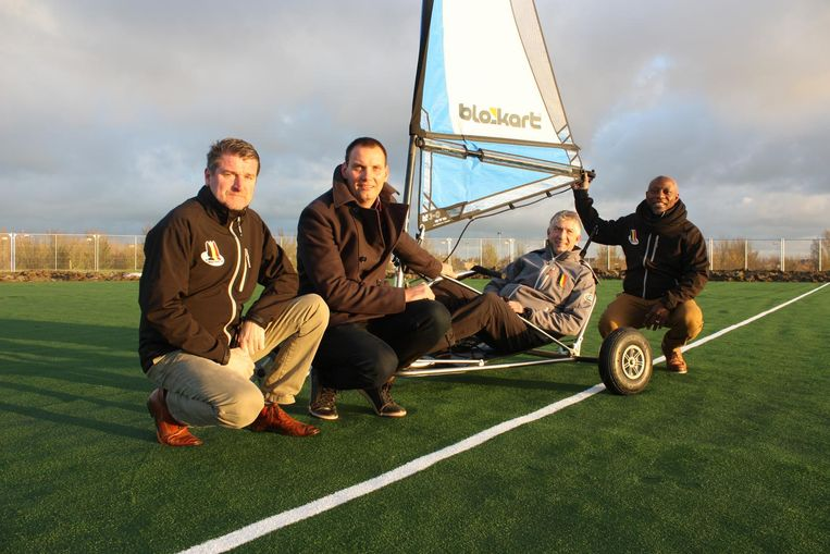 De leden van de Belgian Blokart Club kijken uit naar de eerste Blokart-piste samen met schepen Arne Deblauwe.