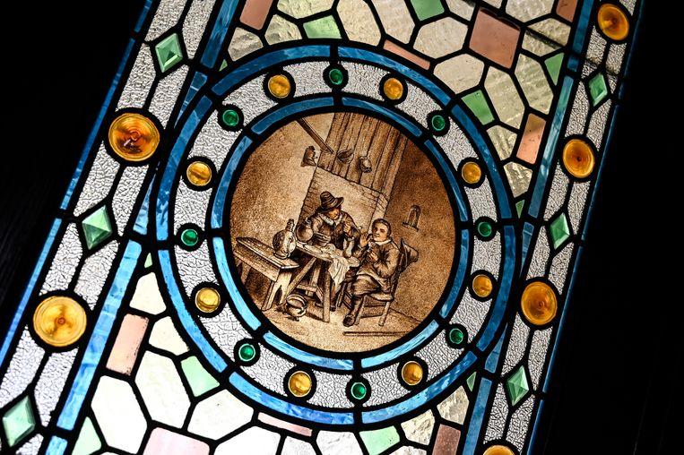 Een detail van de prachtige glaspartijen die taferelen uitbeelden uit een ver verleden.
