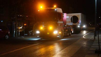 Duiker van 50 ton met speciaal transport naar Nieuwstraat
