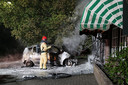 De vlammen sloegen in de nacht van zaterdag op zondag in de Strijperstraat in Leende over van de auto op de woning.