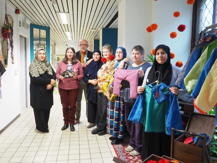 Medewerkers van AMAi tonen hun werk in hun winkeltje in het stadhuis van Mechelen.
