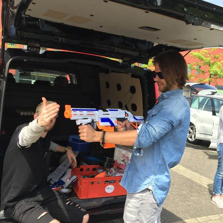 Thomas met het Nerf-geweer bij het StukTV-busje. Beeld