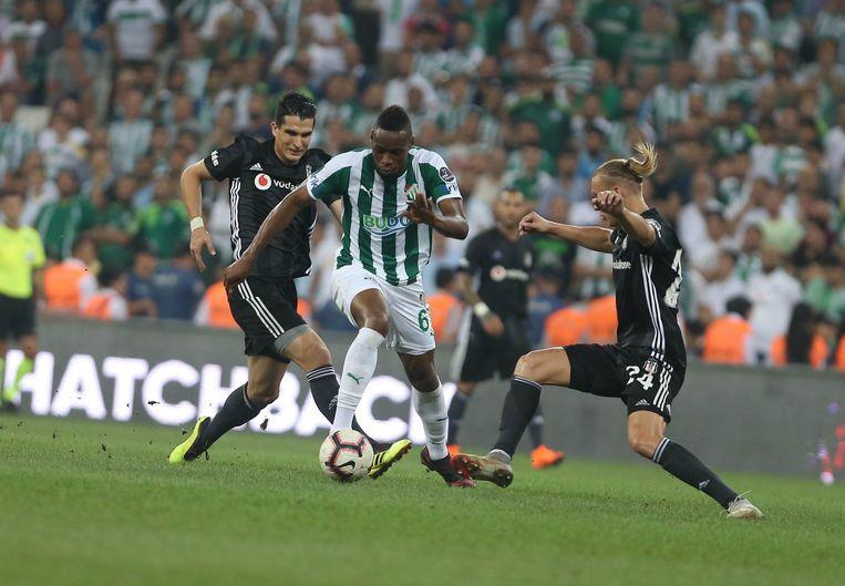 Sakho in het shirt van Bursaspor versus de Kroatische verdediger Vida van Besiktas.