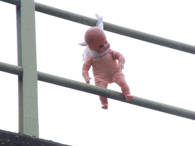 De pop werd opgehangen aan een balustrade.