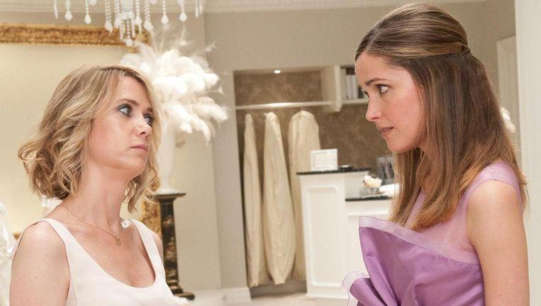 Kirsten Wiig (links) en Rose Byrne in Bridesmaids. Beeld null