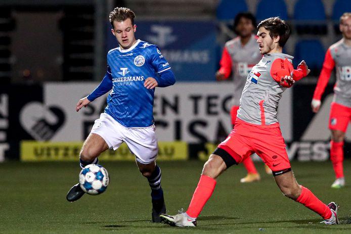 Rik Mulders (links) duelleert namens FC Den Bosch met Iker Pozo van FC Eindhoven.