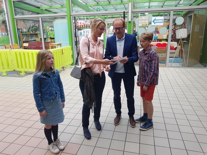 Vlaams minister Ben Weyts (N-VA) bracht zondagochtend met zijn gezin net voor 11 uur zijn stem uit in de gemeentelijke basisschool van Dworp.