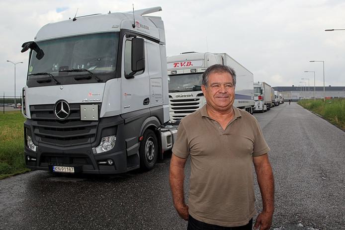 Een lange rij vrachtwagens aan de Blankenweg. Veel chauffeurs moeten het hele weekend daar verblijven. Er zijn geen voorzieningen, zoals toiletten. De Portugese chauffeur José Batista zou ook wel douches willen.