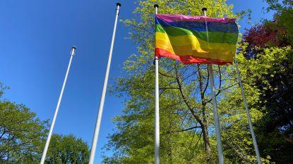Regenboogvlag wappert hele maand mei aan gemeentehuis in strijd tegen homofobie en transfobie