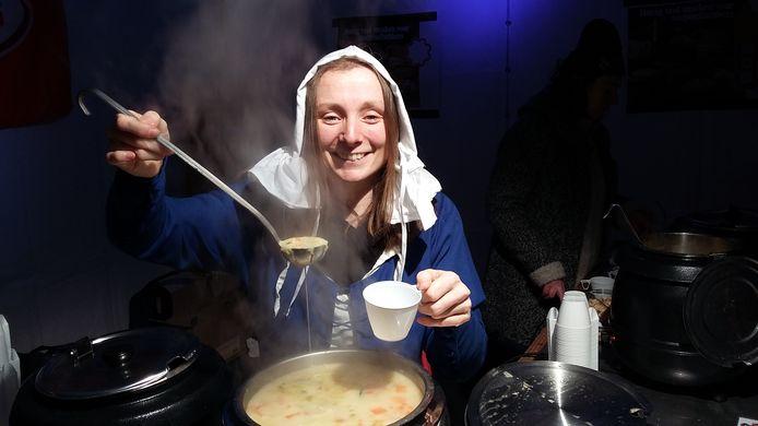 Marjolein Pieks serveert Nijmeegse Marikensoep.