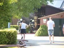Meerdere oldtimers en oude legervoertuigen uitgebrand bij grote schuurbrand in Schaijk, mogelijk asbest vrijgekomen