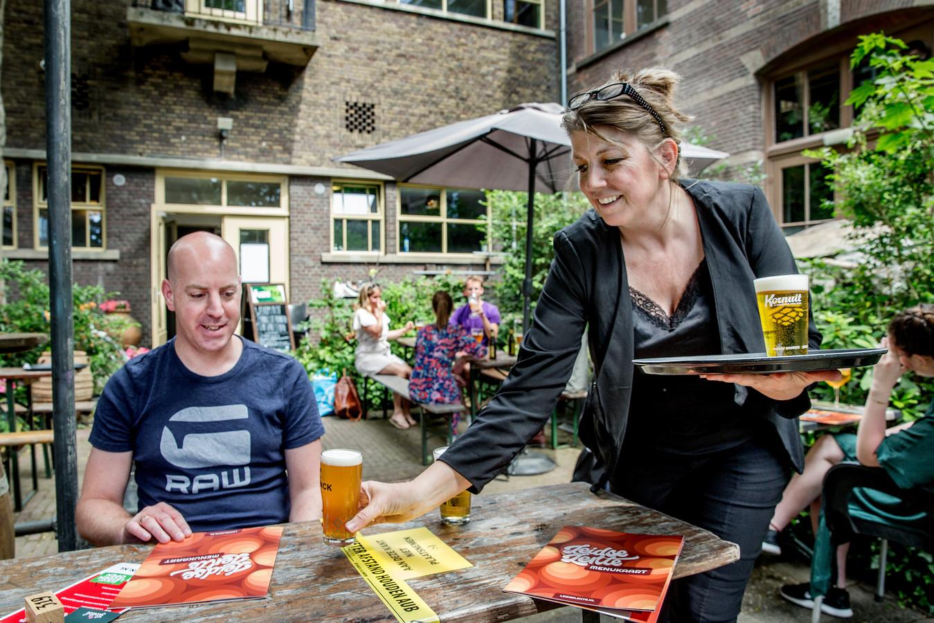 Edwin Vlek van FNV Horeca  drinkt zijn eerste biertje op het terras van Galerie Café Leidse Lente.