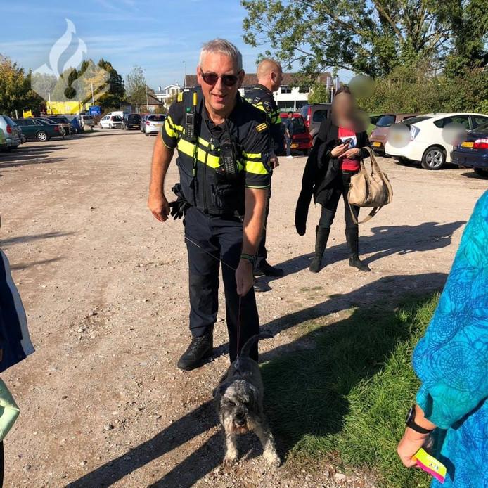 De politie heeft 'Fikkie', zoals ze de hond tijdelijk hadden genoemd, bevrijdt uit een auto.