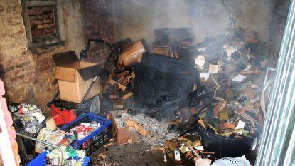 Stapel hout vat vuur in achterbouw