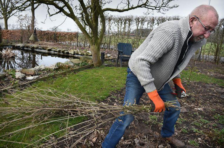In Horssen wordt een tuin klaargemaakt voor de zomer. Beeld Marcel van den Bergh