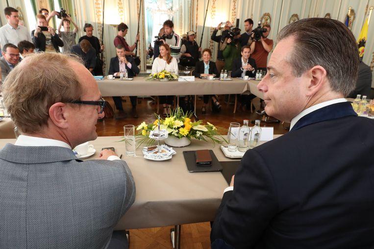 N-VA-onderhandelaars Ben Weyts en Bart De Wever, met tegenover hen de Open Vld-delegatie.