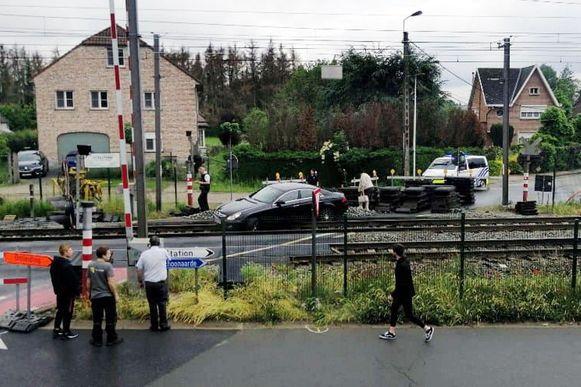 De Mercedes kwam meteen vast te zitten op de treinsporen.