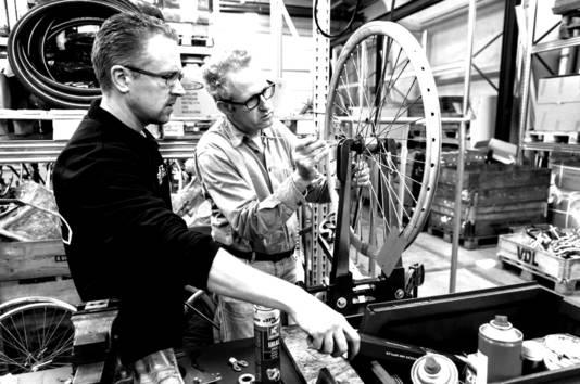 In de Roetz Fair Factory maakt een team van ervaren monteurs, elegante designfietsen en leren hiermee het vak van fietsmonteur.