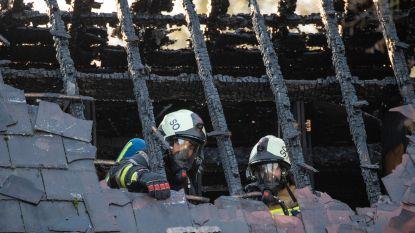 Dak van villa gaat in vlammen op, dakwerken wellicht oorzaak