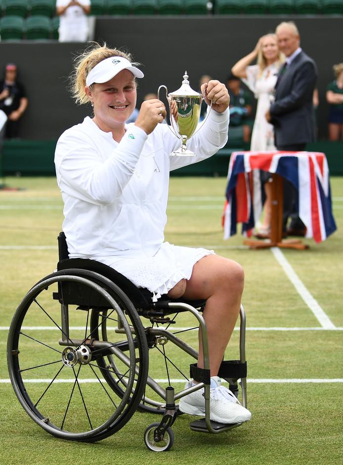 Aniek van Koot showt de trofee na haar winst op Wimbledon.
