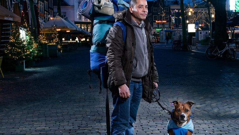 Jethro Tahapary en hond Chill Beeld Friso Keuris