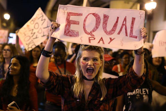 Vrouwen demonstreren in maart van dit jaar in Miami voor gelijke lonen voor mannen en vrouwen in dezelfde functie.