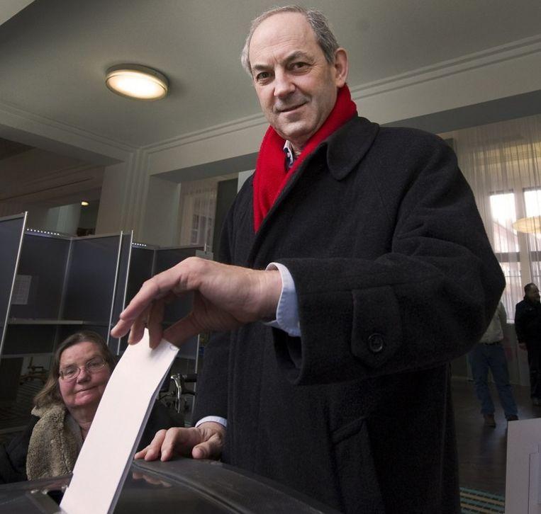 PvdA-leider Job Cohen stemt in zijn woonplaats Amsterdam. Beeld null
